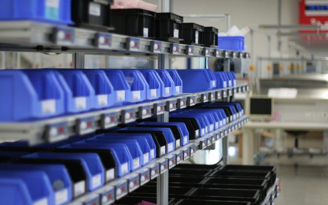 Mit Pick-by-Light kann die Kommissionierung von Teilen für einen Auftrag beschleunigt werden. Dazu wird ein Regal mit Anzeigen ausgerüstet. Sie zeigen auftragsspezifisch die entsprechende Menge an. Der Mitarbeiter kann dadurch schneller kommissionieren.