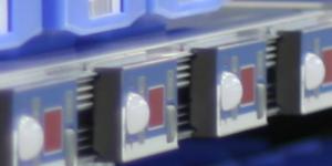 Ein Regale ist mit Pick-by-Light-Anzeigen ausgerüstet, so dass die Kommissionierung verbessert wird.